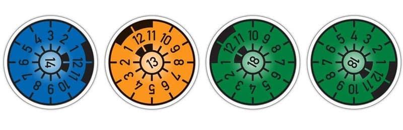 TÜV Plakette lesen Farben Uhr
