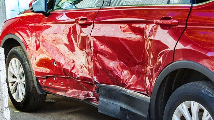 roter Unfwallwagen mit Seitenschaden